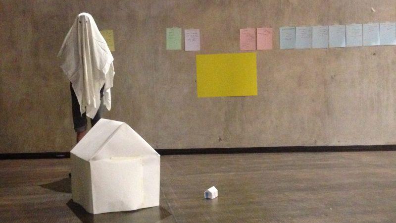 Petit guide pour disparaître doucement de Félix-Antoine Boutin, présenté coup sur coup à Marseille et à Montréal au festival Actoral en 2016. © Odile Gamache. Sur la photo (répétition) : Félix-Antoine Boutin.